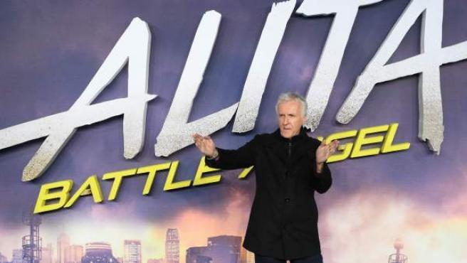 El cineasta estadounidense James Cameron posa para los medios durante la presentación internacional de la película ''Alita: Ángel de combate''.