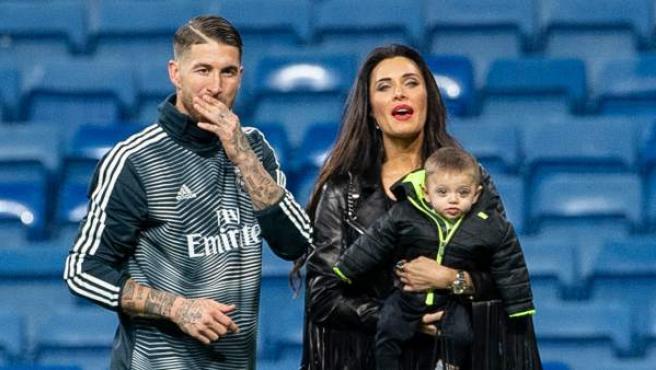 Sergio Ramos y Pilar Rubio, con su hijo Alejandro en el Bernabéu.