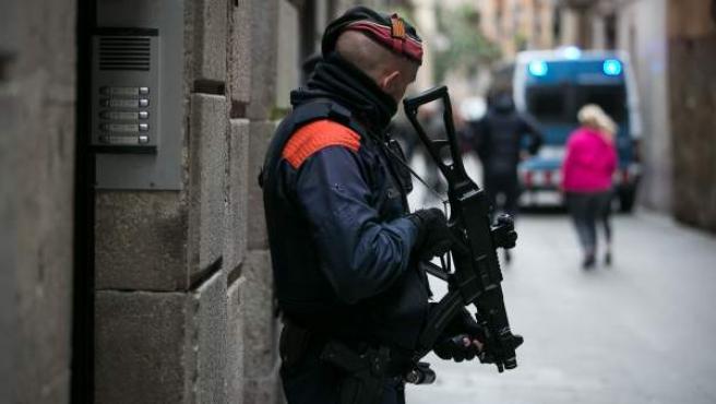 Mossos actuando contra los narcopisos en Ciutat Vella, Barcelona.