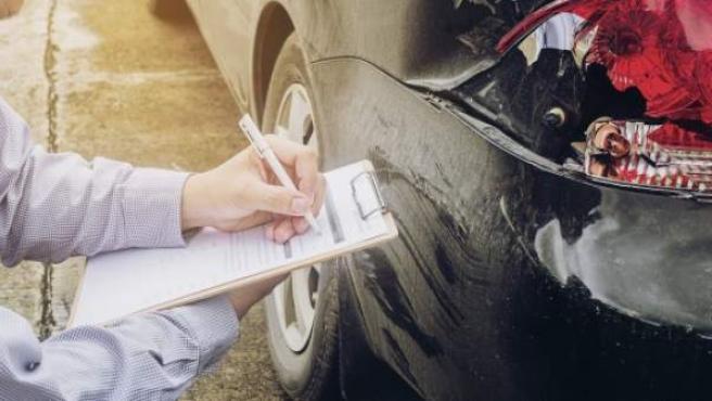 En los controles rutinarios que se realizan en las vías públicas, o en caso de accidente, los agentes suelen solicitar al conductor la entrega de los papeles del coche.
