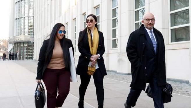 La esposa de Joaquín 'El Chapo' Guzmán, Emma Coronel Aispuro (c), y el abogado Angel Eduardo Balarezo (d) salen del Tribunal Federal de EE UU, después del primer día de deliberaciones del jurado en el caso de 'El Chapo'.