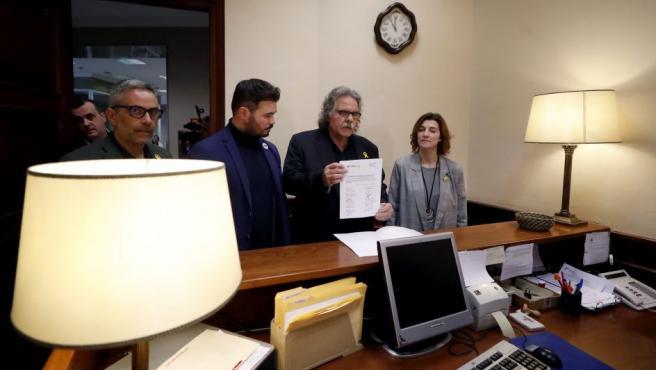 Joan Tardá (2d), acompañado por Carolina Telechea, Gabriel Rufián (3d) y Joan Margall (i), registra en la Cámara Baja la enmienda a la totalidad a los Presupuestos.