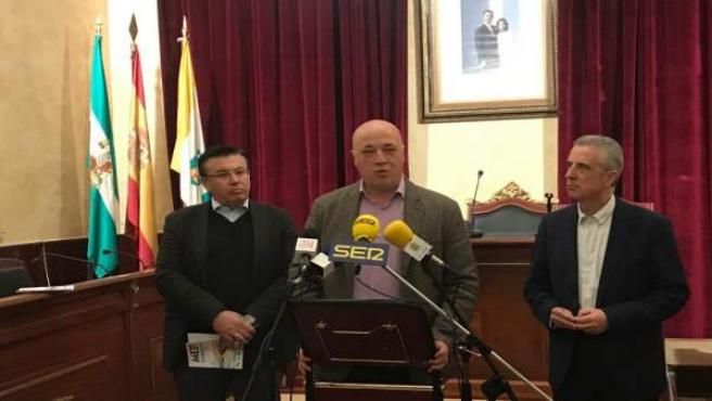 Antonio Ruiz, entre Juan Pérez (dcha.) y Lope Ruiz, presenta los datos turístico