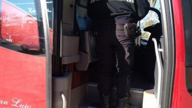 Un agent inspecciona un autobús escolar a Elda