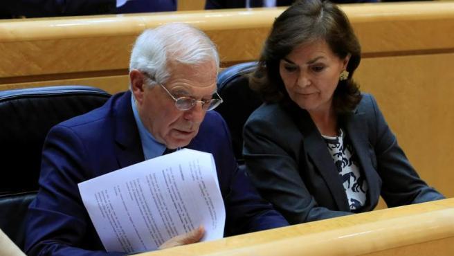La vicepresidenta del Gobierno, Carmen Calvo, junto al ministro de Asuntos Exteriores, Josep Borrell, durante la sesión de control al Gobierno en el Pleno del Senado, este martes en Madrid.