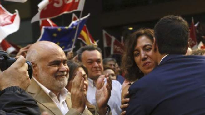 El secretario general del PSOE, Pedro Sánchez, saluda a la exdiputada de UPyD y número cuatro a la lista del PSOE por Madrid Irene Lozano.