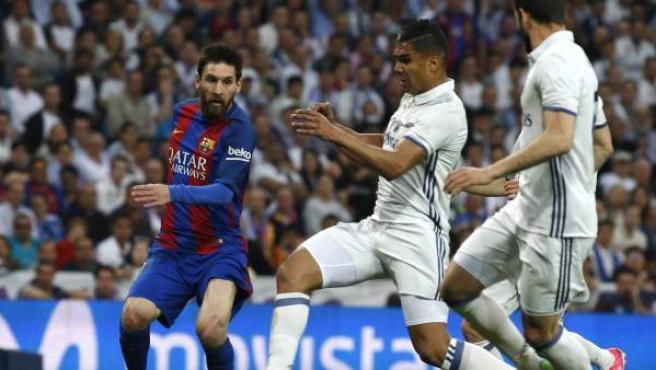 Leo Messi y Casemiro, en un clásico.