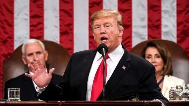 El presidente de EE UU, Donald Trump, durante su segundo discurso sobre el Estado de la Unión, en el Capitolio, en Washington. Detrás, la presidenta de la Cámara de Representantes, Nancy Pelosi, y el vicepresidente, Mike Pence.