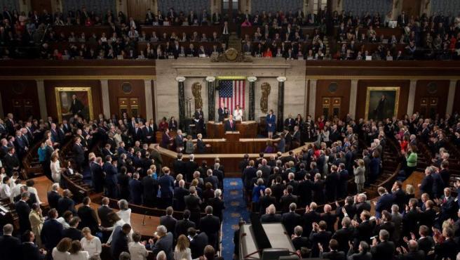El presidente de los Estados Unidos, Donald Trump (c), pronuncia su segundo discurso sobre el Estado de la Unión, en el Capitolio en Washington.