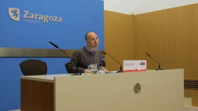 El portavoz de CHA, Carmelo Asensio, en rueda de prensa hoy en el Ayuntamiento