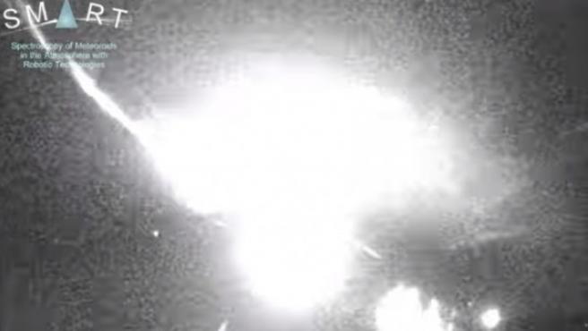 Los detectores del proyecto SMART han captado esta madrugada el momento en el que la roca impactaba con la capa atmosférica generando una gran bola de fuego.