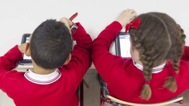 Dos alumnos durante una clase.