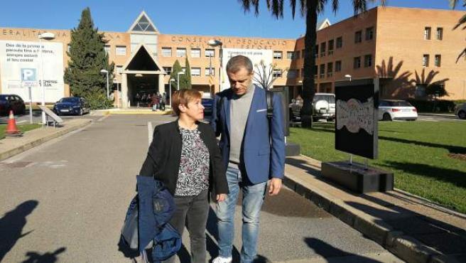 Cantó i Ventura davant de la Conselleria d'Educació