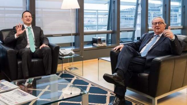 El presidente de la Comisión Europea, Jean-Claude Juncker (d), conversa con el primer ministro de Irlanda, Leo Varadkar (i).