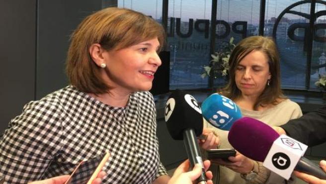 Isabel Bonig atenent els mitjans en imatge d'arxiu