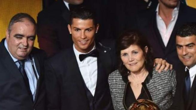 Cristiano Ronaldo con su madre, cuando recibió el Balón de Oro.