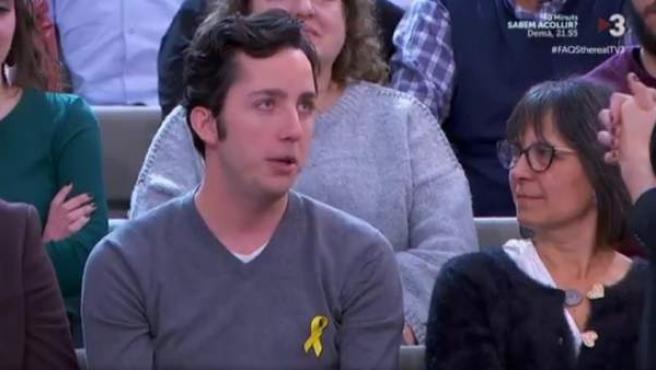 El 'Pequeño Nicolás', con lazo amarillo, en el programa Preguntes Freqüents de TV3.