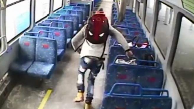 Interior del tren en el momento en el que el pasajero corre a avisar al conductor.