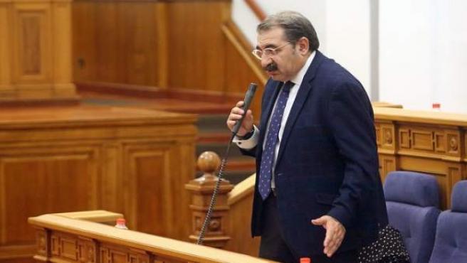 El consejero de Sanidad, Jesús Fernández Sanz, interviene en el pleno