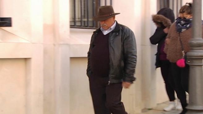 Padre y hermanas de Bernardo Montoya, en los juzgados de Valverde del Camino.
