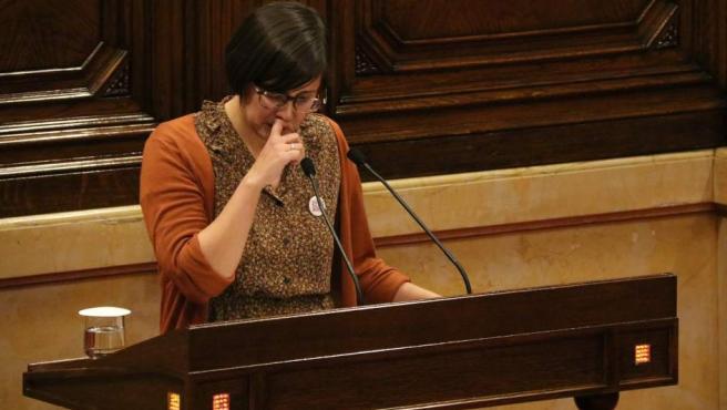 La diputada de ERC Jenn Díaz se emociona al intervenir desde la tribuna de oradores.