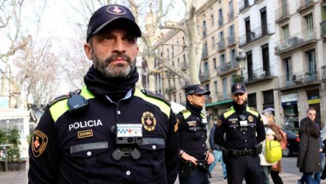 Agentes de la Guardia Urbana con las nuevas cámaras incorporadas en el uniforme.