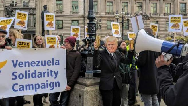 Más de un centenar de personas se manifestan este jueves frente al Banco de Inglaterra.