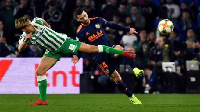 Cnaales y Gayá pugnan por un balón en el Betis-Valencia.