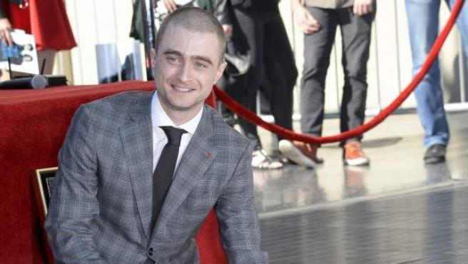 El actor británico Daniel Radcliffe posa junto a su estrella en el Paseo de la Fama, en Hollywood, Los Ángeles (EE UU).