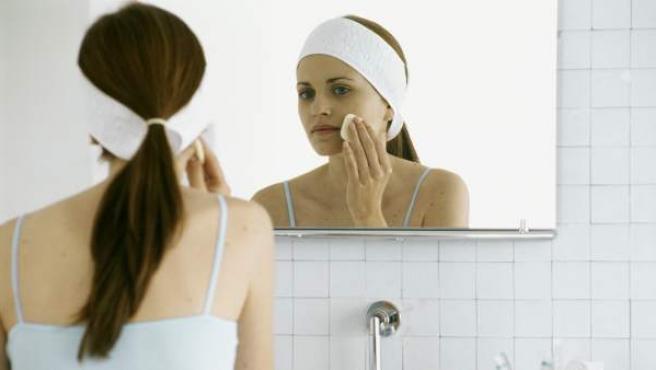 La dermatitis seborreica suele ir asociada habitualmente a formación de escamas y costras.