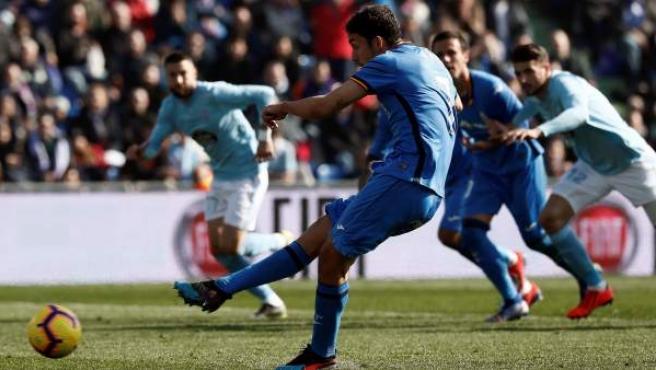 Jaime Mata marca de penalti en el Getafe-Celta.