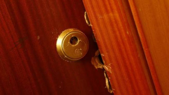 Cerradura forzada en una vivienda ocupada ilegalmente en un edificio de Fuencarral (Madrid).