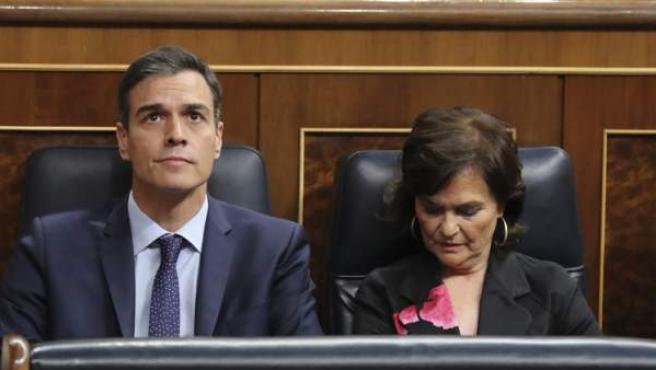 Pedro Sánchez, junto a la vicepresidenta Carmen Calvo, en el Congreso.