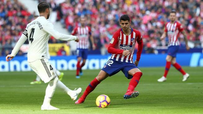 Sergio Ramos toca un balón ante la presión de Álvaro Morata.