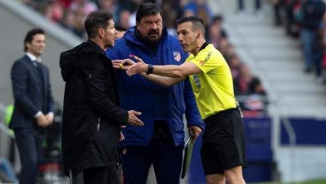 Simeone protesta una decisión en el Atlético vs. Real Madrid.