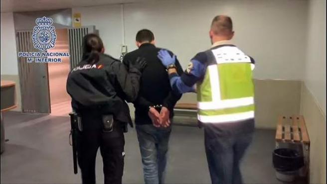 Detención de un hombre en Alcalá de Henares tras hallar a su pareja descuartizada en su vivienda.