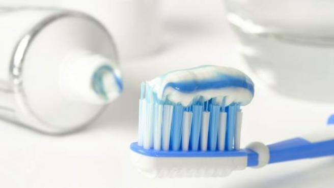 Dentífrico en un cepillo de dientes, en una imagen de archivo.