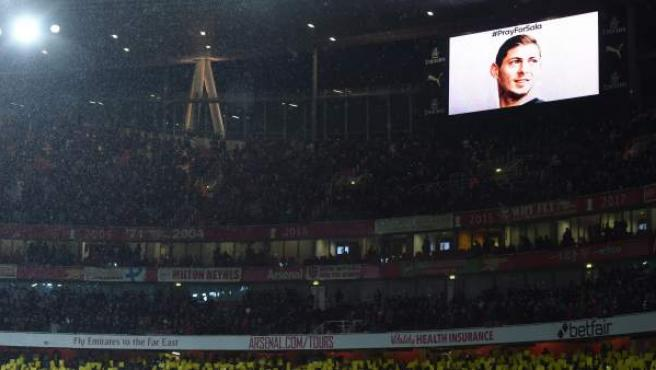 Minuto de silencio por Emiliano Sala en uno de los videomarcadores del Emirates Stadium durante el Arsenal-Cardiff.