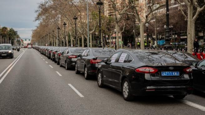 Conductores de VTC concentrados en la avenida Diagonal de Barcelona