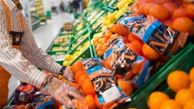 Imagen de un trabajador de la sección de frutas y verduras de Mercadona.