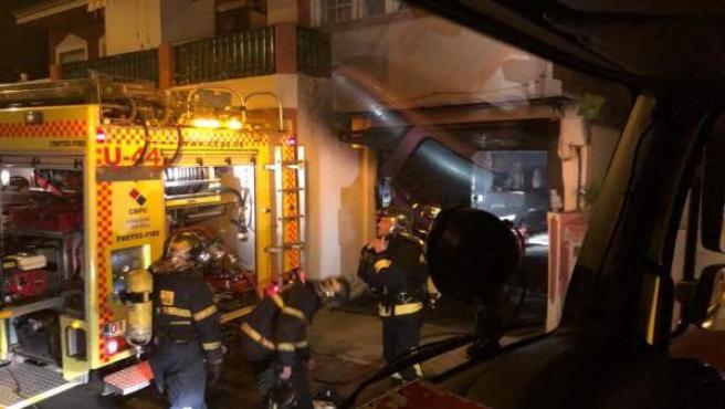 Bomberos actúan en el garaje de una casa en Algeciras