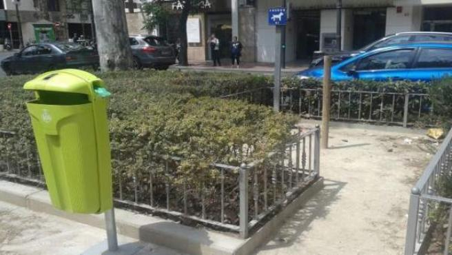 Papelera verde con dispensador de bolsitas en València