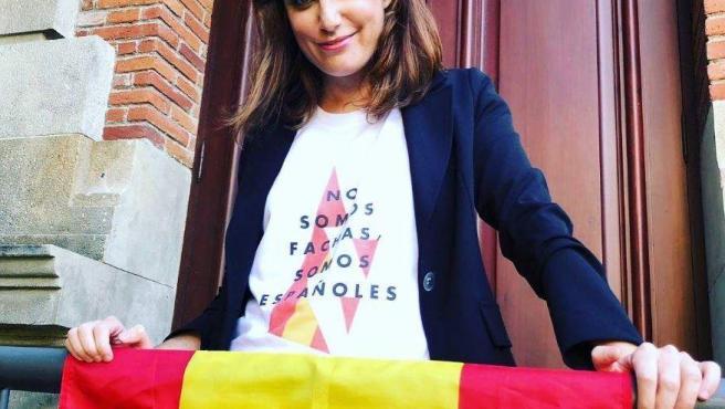 Andrea Levy, del PP, luce bandera de España.
