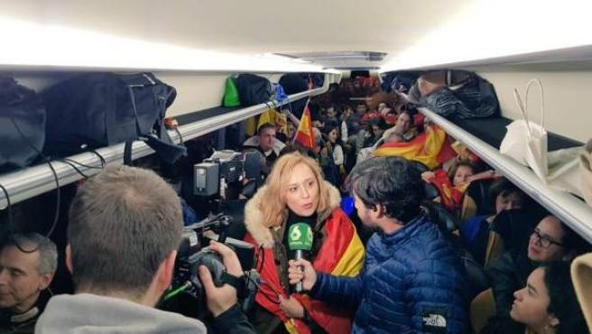 Imagen del interior de un autobús fletado por el PP desde Vigo para acudir a la manifestación 'Por una España unida, ¡elecciones ya!'.