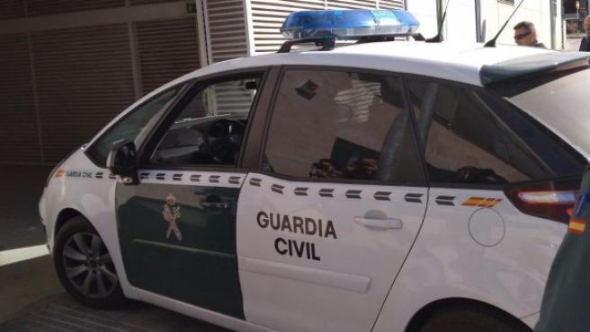 Imagen de archivo de un coche de la Guardia Civil accediendo a los juzgados de Vélez, en Málaga.