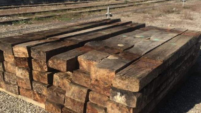 Traviesas de madera apiladas