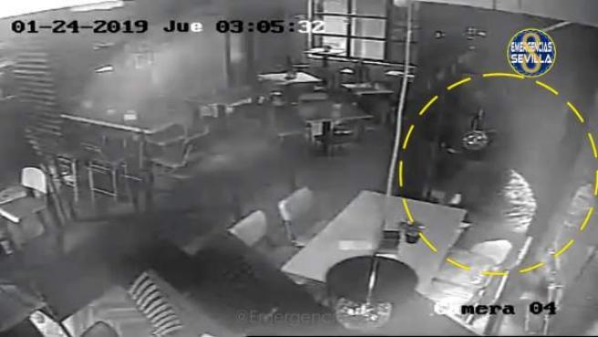 Imagen de las cámaras de vídeo del bar violentado la noche del jueves 7 de febre