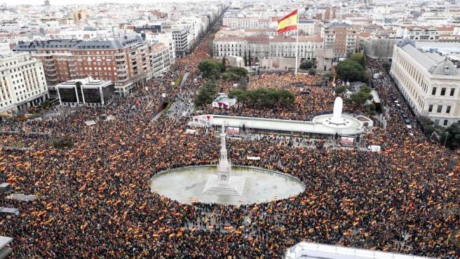 Imagen aérea de la plaza de Colón, abarrotada de banderas españolas.