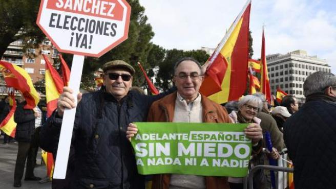 Manifestantes con una de las pancartas repartidas por Vox y el lema 'Adelante españoles sin miedo a nada ni a nadie'.