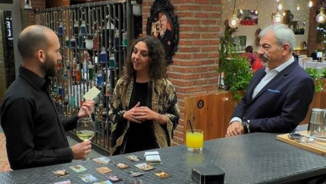 Carlos Sobera junto a una pareja en el programa 'First Dates'.